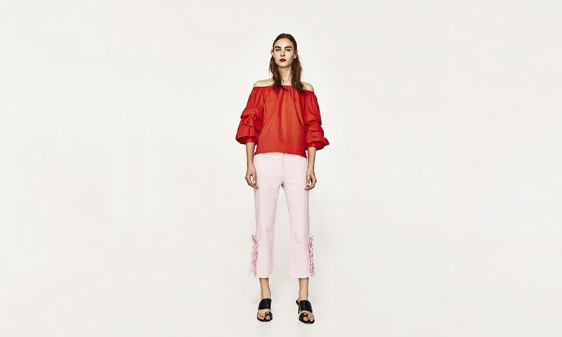 Blusas y camisetas con volantes, el 'must' de Zara para esta temporada