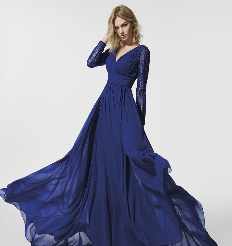 d2fbfd4ddc 9 vestidos de fiesta de Pronovias 2018 con los que brillar · Vestido  vaporoso en azul de Pronovias ...