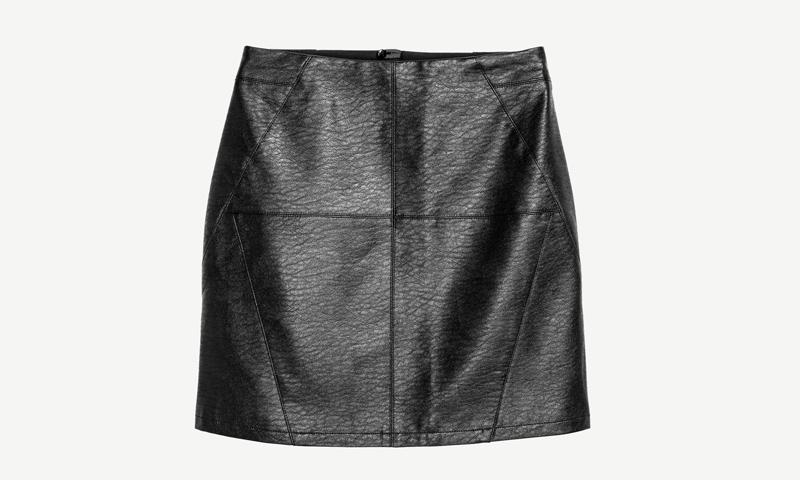 d6fd13961 Minifalda de piel negra, ese (inesperado) fetiche de verano - Foto