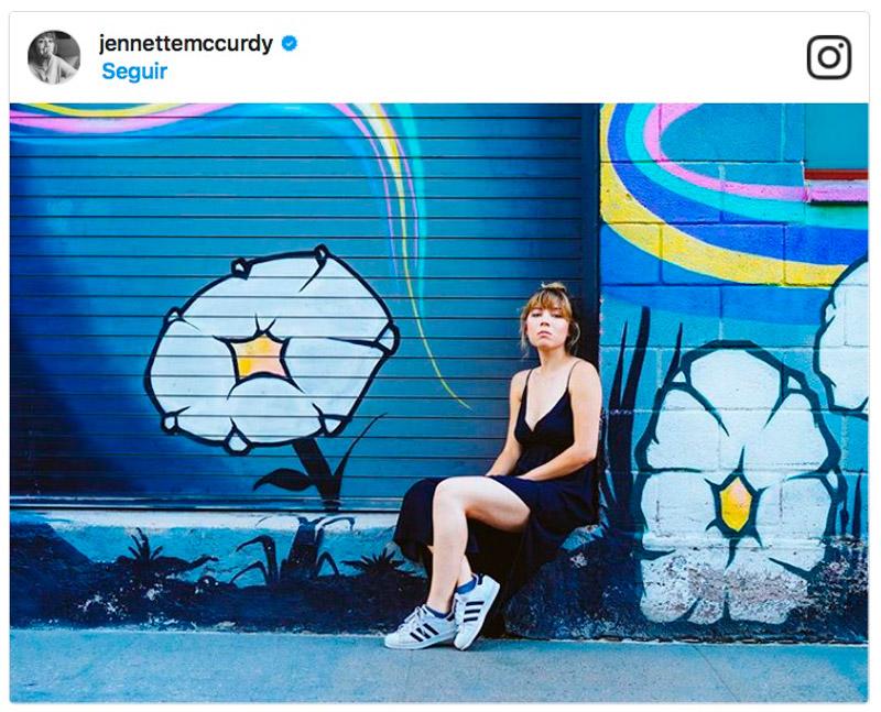 """Así se """"recicla"""" el maxi-vestido de verano durante la temporada otoñal, por Jennette McCurdy"""