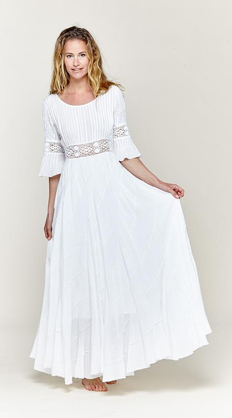 Vestidos ibicencos, todo en vestidos blancos ibicencos. La ropa ibicenca y sus vestidos ibicencos están inspirados en los movimientos hippie de los 70, los vestidos ibicencos son normalmente de color blanco con bonitos bordados y encajes dando un protagonismo especial al cuerpo.