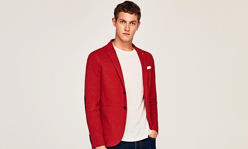 5c9b8514d0 La última colección de ropa masculina de Zara te propone vestir de rojo -  Foto