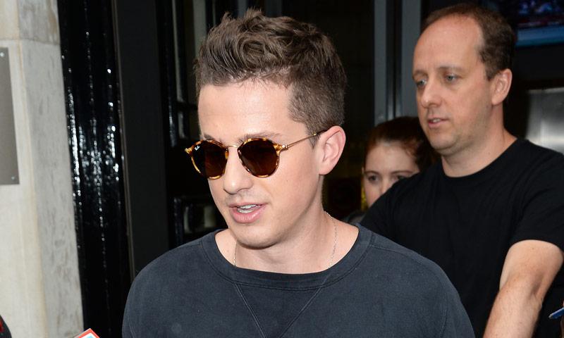 """Charlie Puth tiene el """"fondo de armario"""" de gafas de sol (retro) más inspirador"""