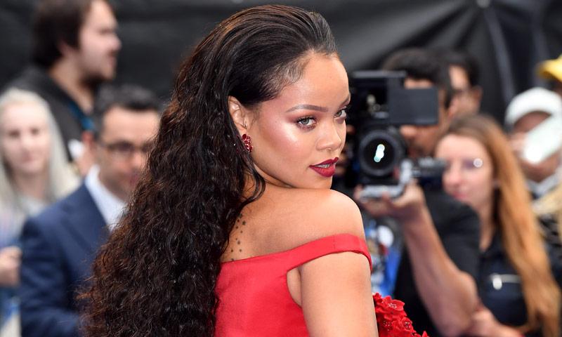 Rihanna tiene nuevo escote favorito, ¡y nosotros sabemos por qué!