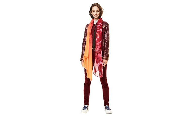 Bufandas y fulares para poner un toque de color y diseño en tus 'oufits' de otoño, by Desigual