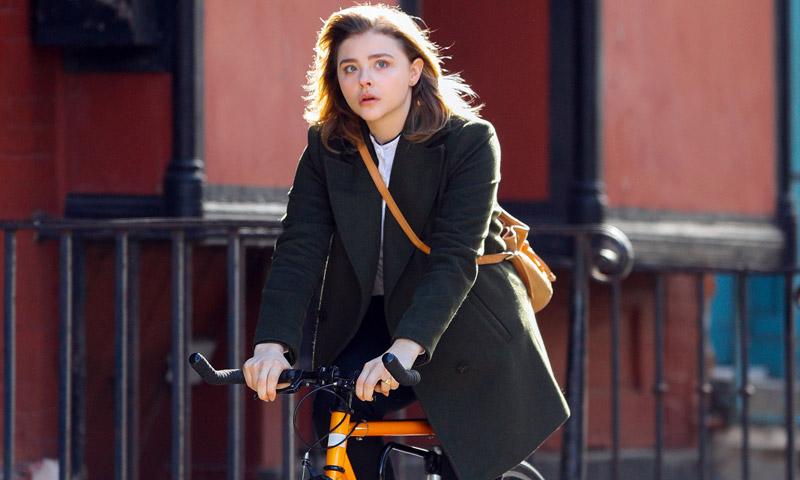 Copia el 'working look' de Chloë Moretz… ¡sobre ruedas!