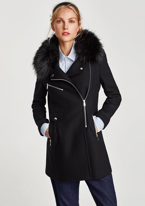 diez abrigos de Zara para el invierno  Abrigo negro con cuello de pelo ... b61932a14f98