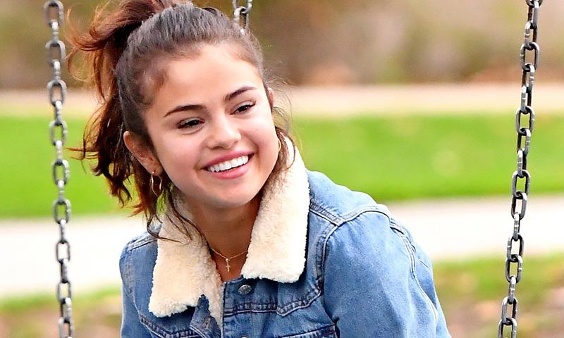 Ahora sí: hemos encontrado la chaqueta que queda bien con todo... ¡y la tiene Selena Gomez!