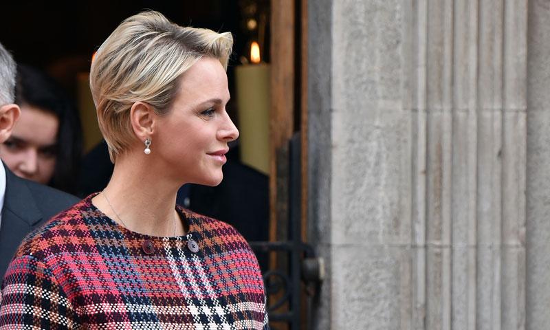 La princesa Charlene reaparece con un look que ha enamorado de pies a cabeza