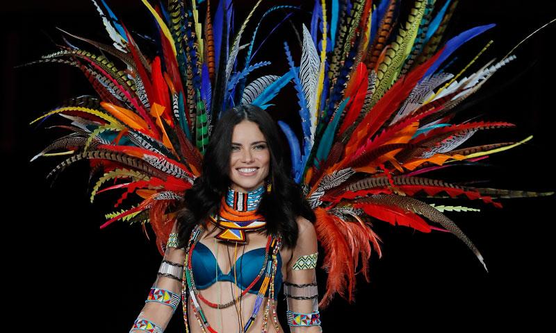 Adriana Lima 'toma' el Carnaval de Río junto a otros ángeles de Victoria's Secret