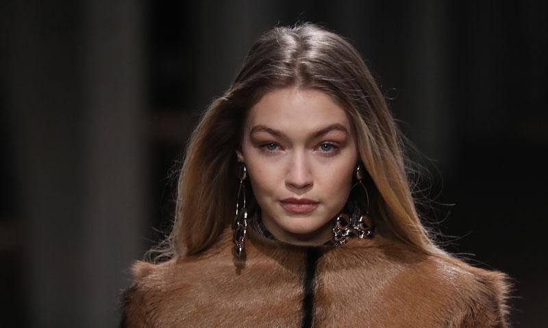 Gigi Hadid y la exclusiva 'chaqueta-comic' de entretiempo que te encantaría tener