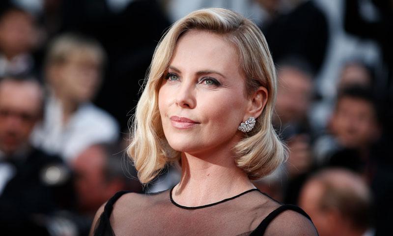Los sofisticados looks de Charlize Theron en la película