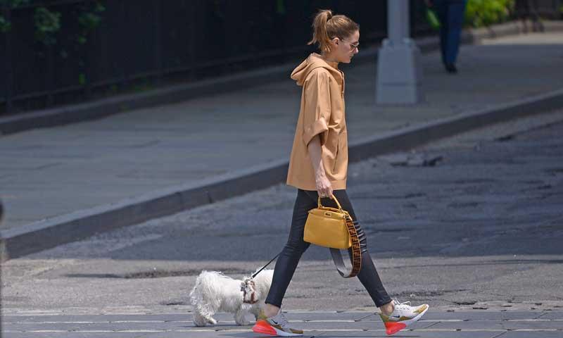 'Sneakers' + vinilo: la fórmula de Olivia Palermo para sacar a su perro de paseo