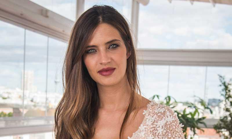 Dos clones 'low cost' de la camisa con la que Sara Carbonero arrasa en Moscú