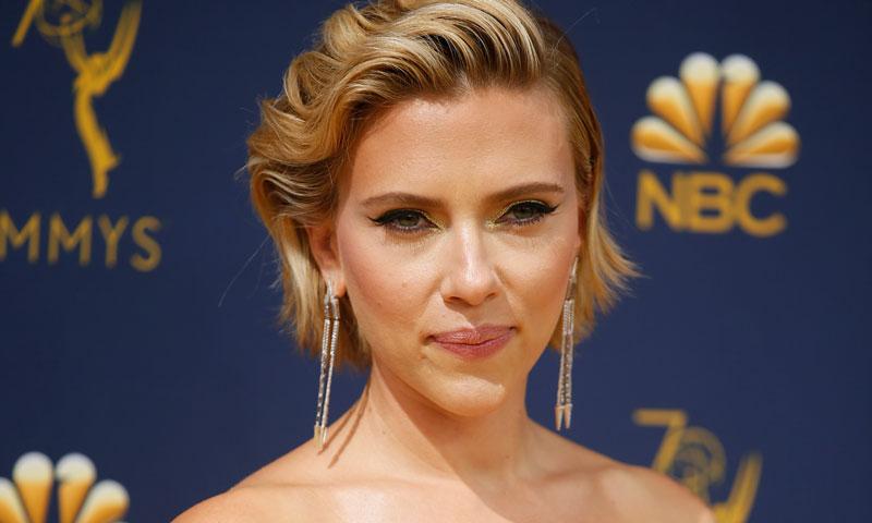 Scarlett Johansson destapa en los Emmy su llamativo tatuaje en la espalda