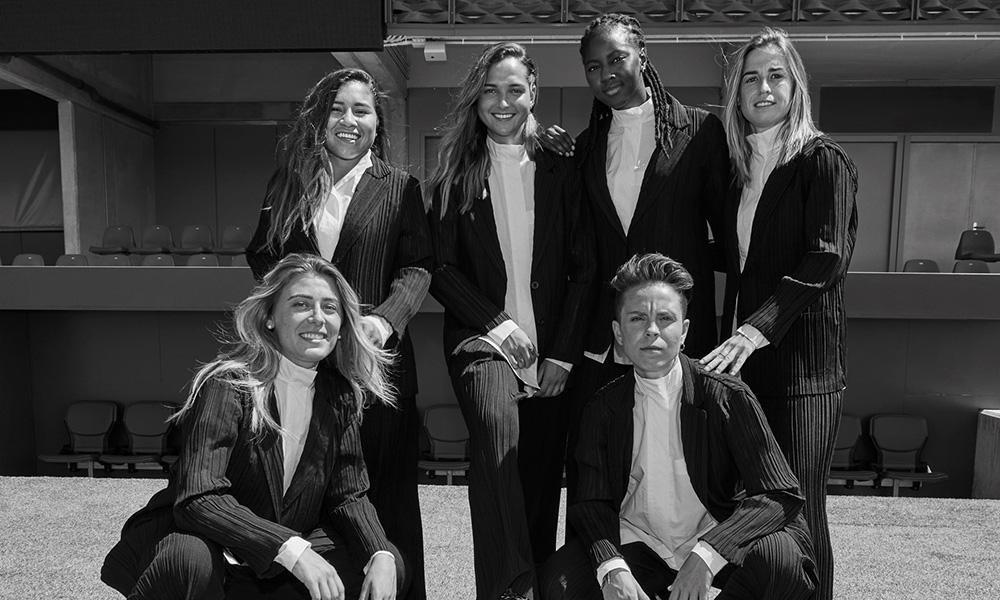 El fútbol está de moda: Adolfo Domínguez y las jugadoras del Atlético de Madrid hacen equipo