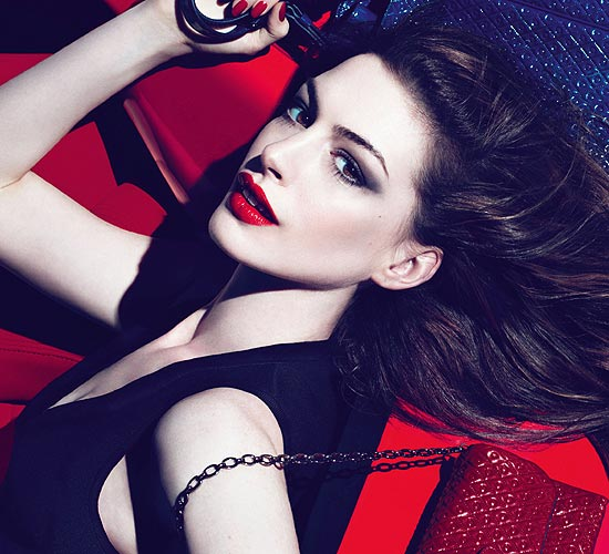Anne Hathaway, modelo de complementos para este otoño-invierno 2011-2012