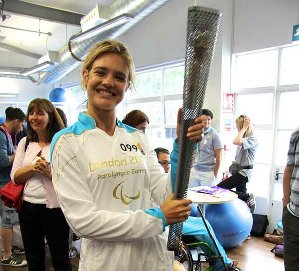 Natalia Vodianova, portadora de la antorcha olímpica durante el día inaugural de los Juegos Paralímpicos 2012