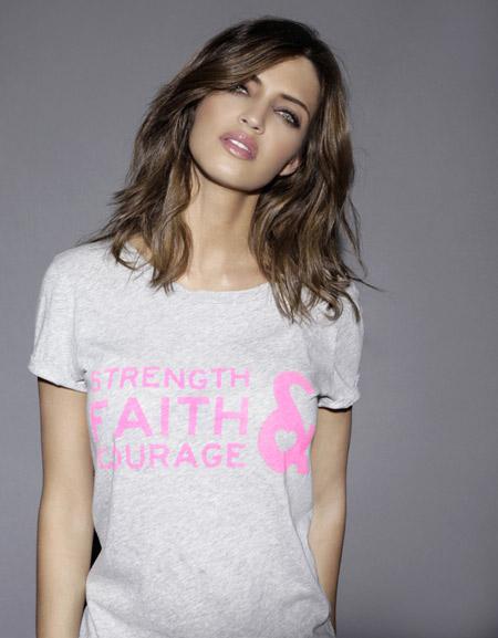 Sara Carbonero diseña una camiseta solidaria contra la violencia de género