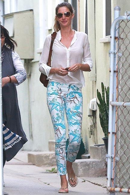 2eef139dd9 Pantalones pitillo con flores  ¡Viste como una  top model ! - Foto