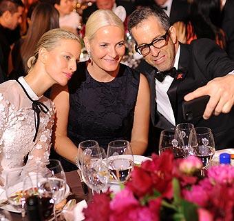 Noche de 'selfies' y solidaridad: Realeza y moda se dan la mano en la 'Inspiration Gala' de amfAR, en Nueva York