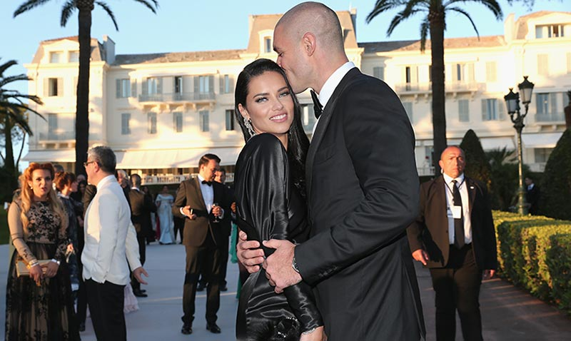 Adriana Lima, todo amor en la gala amfAR de Cannes (¡tenemos beso con su novio!)