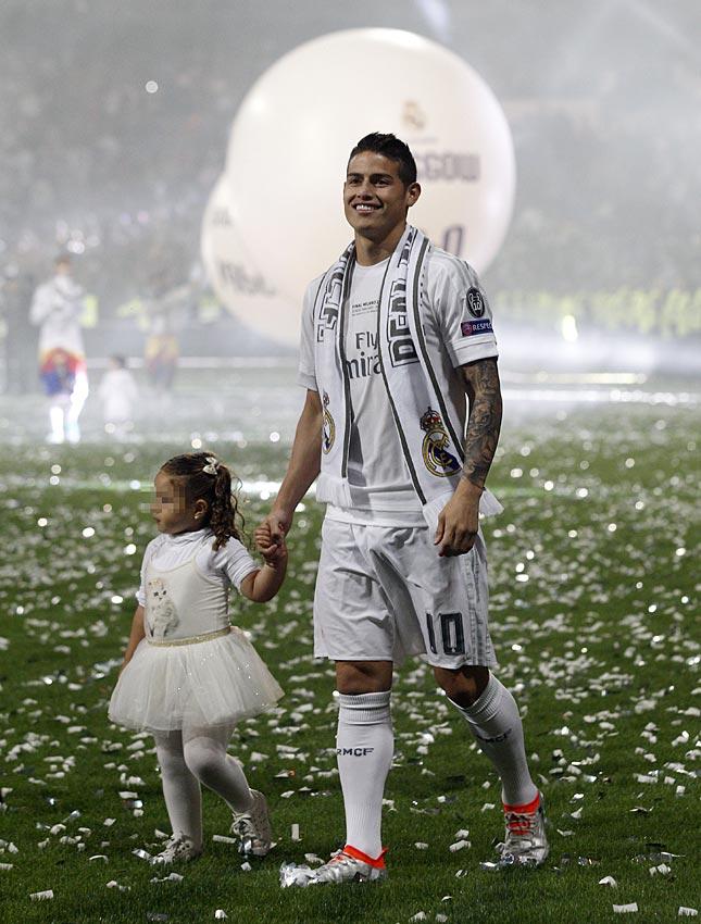 El futbolista james rodr guez como ronaldo o beckham del terreno de juego a modelo de ropa - Ropa interior real madrid ...