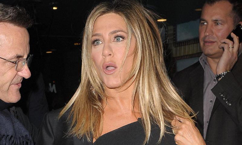 Jennifer Aniston se olvida de quitarle la etiqueta a su abrigo: 'Lo más triste es que me lo he puesto cuatro veces'
