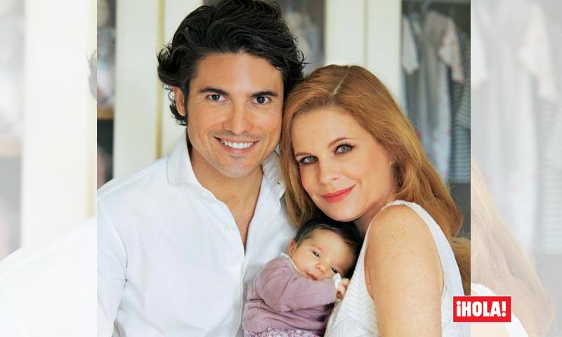 En ¡HOLA!, Olivia de Borbón y Julián Porras, en casa con su hija Flavia