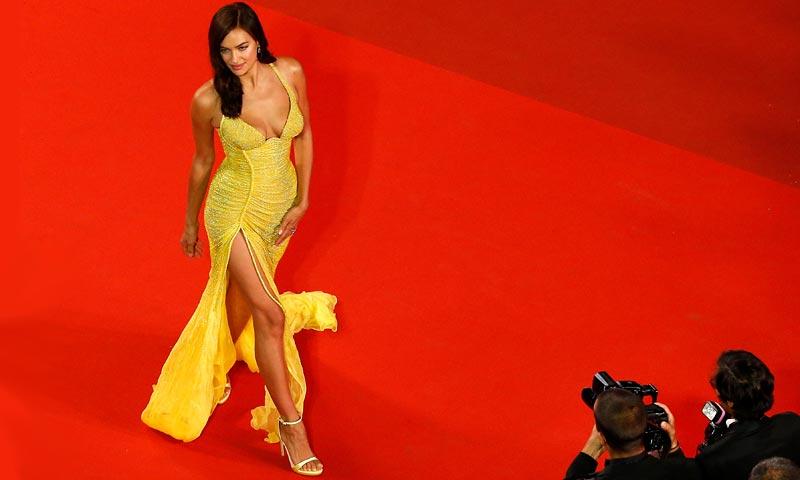 'Ultra-sexy' y de Atelier Versace, Irina Shayk regresa a la alfombra roja tras su maternidad