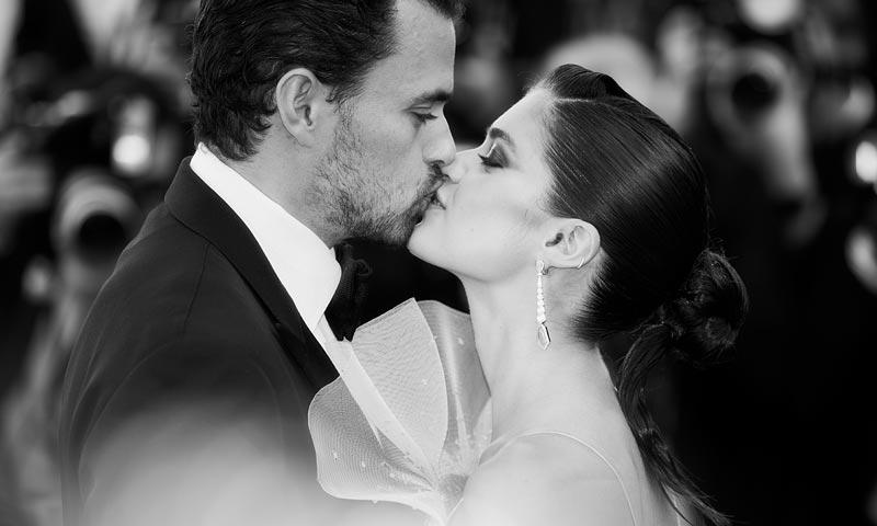 Lo que el amor consigue en Cannes: Sara Sampaio y Oliver Ripley, besos y abrazos de película