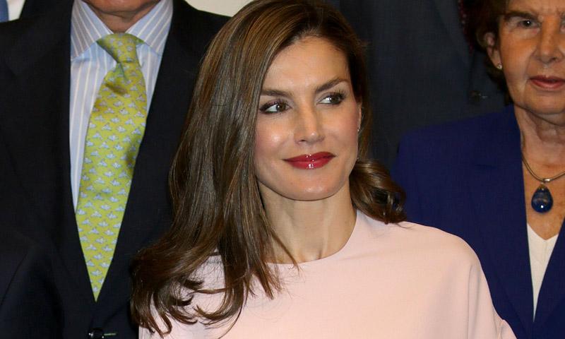 La reina Letizia estrena un top de Zara que ya llevó una princesa, ¿con quién comparte 'look'?