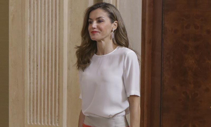 El curioso caso de la falda que doña Letizia compró y tardó dos años en estrenar