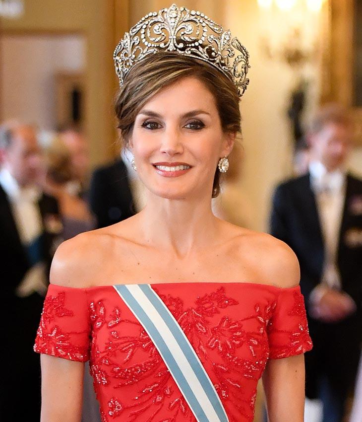Watch La Reina Letizia y el vestido de Armani que la puso en apuros video