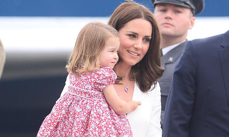 Los zapatos de la princesa Charlotte que Lady Di puso hace treinta años al príncipe Harry