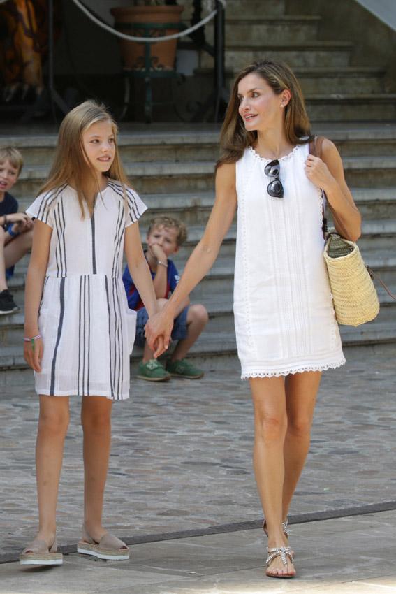Soрів±ar con una niрів±a vestida de blanco