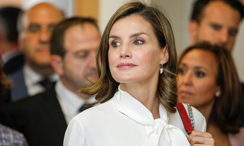 Un bolso de Zara y su nueva blusa blanca, el curioso look de la reina Letizia
