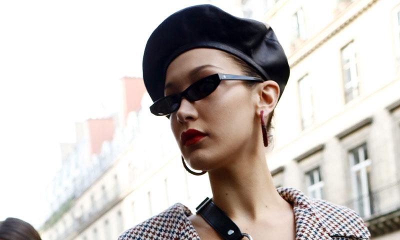 448d7fff9fd79 Con boina parisina y pantalones de ciclista  así interpreta Bella Hadid el  estilo de las francesas en París