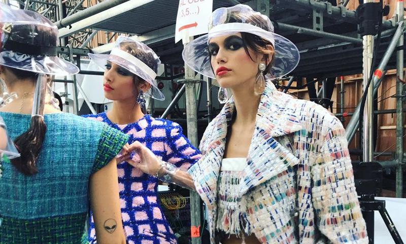Kaia Gerber, el 'tweed', las botas de plástico... Todo sobre el desfile más revelador de Chanel