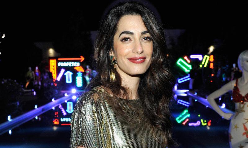 Amal Clooney vuelve a demostrar su debilidad por los vestidos de décadas pasadas