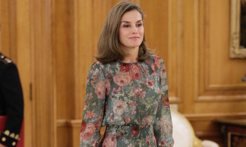 La reina Letizia estrena la última novedad de Zara, un vestido de flores