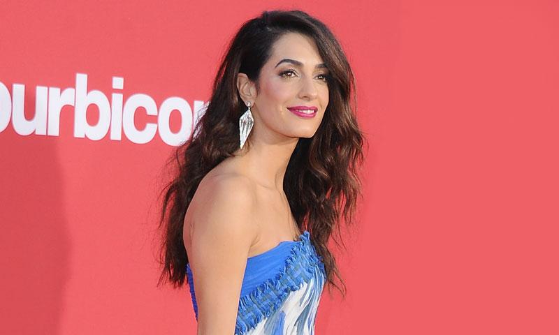 Amal Clooney elige el escote favorito de las actrices para deslumbrar en la alfombra roja