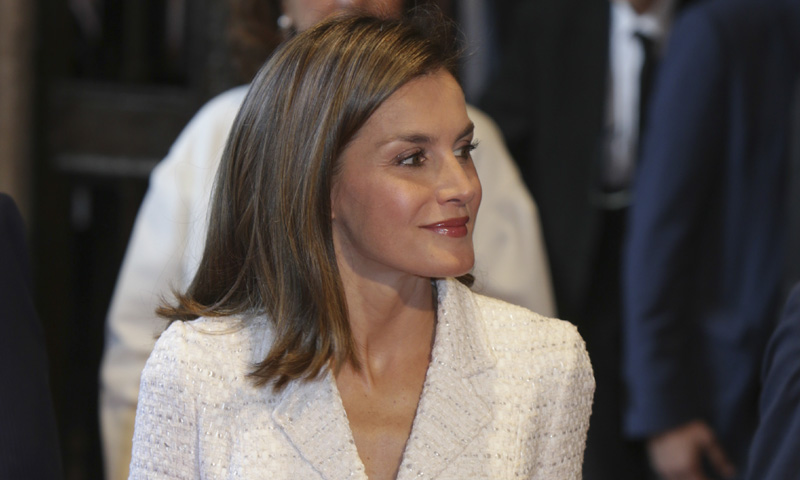 La Reina versiona el vestido cóctel con dos complementos inesperados