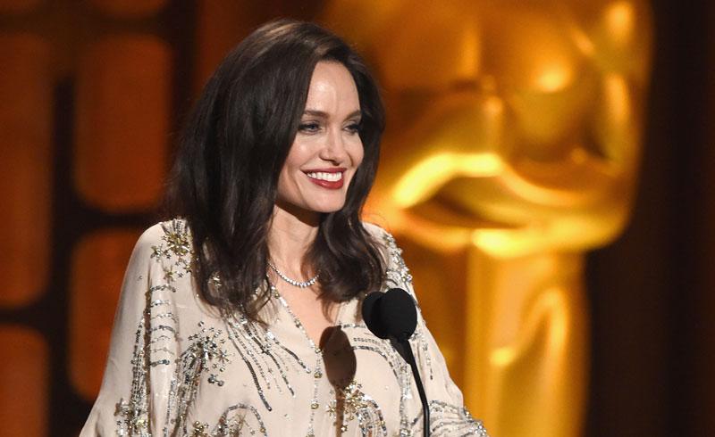 Diamantes, brillos y escote en V: la nueva imagen renovada de Angelina Jolie