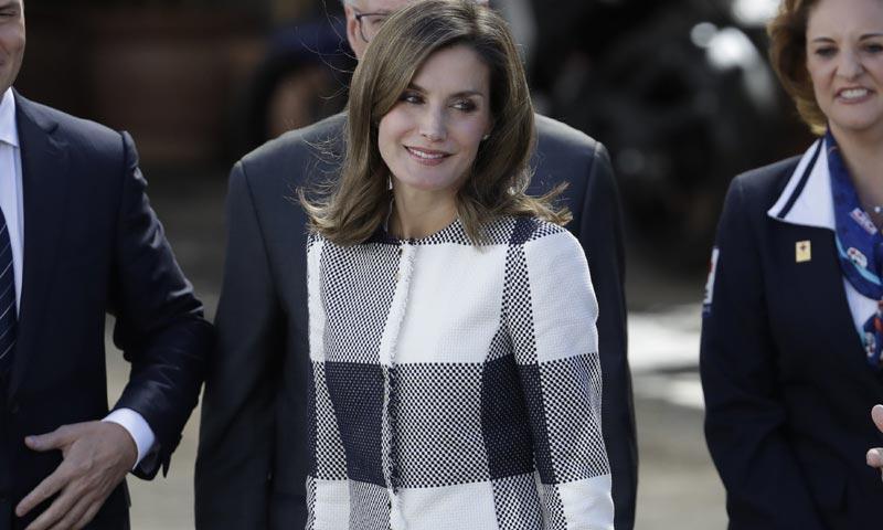 Doña Letizia incorpora a su vestidor un nuevo básico: la chaqueta fantasía
