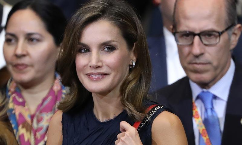 Looks reciclados y un estreno: La maleta de viaje de la reina Letizia en México