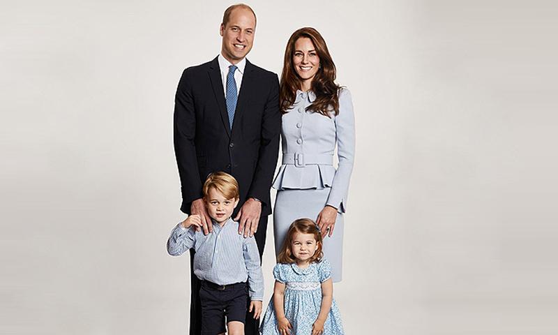 La Duquesa de Cambridge reutiliza su traje azul 'royal' para felicitar la Navidad