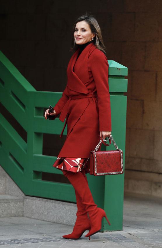 Botas rojas y bolso de Zara  el look más rompedor de la reina ... 5d3b13d00c7a