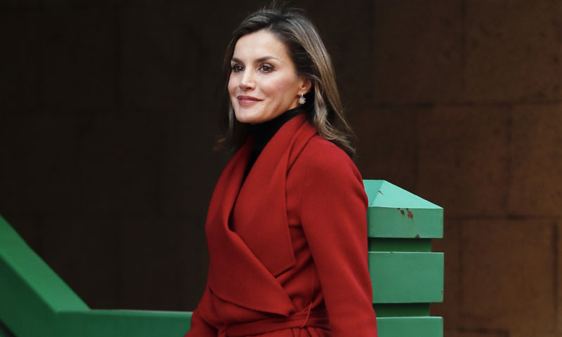 Botas rojas y bolso de Zara: el look más rompedor de la reina Letizia