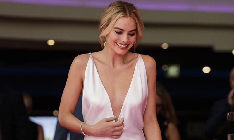 El escotazo de Margot Robbie o la versión más sexy del vestido lencero